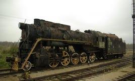 Oude en geruïneerde locomotief op oude spoorweg royalty-vrije stock foto's