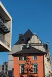 Oude en nieuwe architectuur in Hilden vóór blauwe hemel Stock Foto's