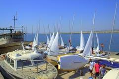 Oude en nieuwe boten op kade Royalty-vrije Stock Foto's