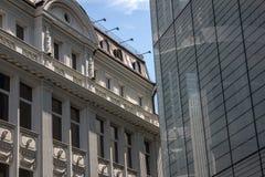 Oude en nieuwe bureaugebouwen Stock Foto's