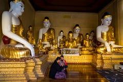 Oude en nieuwe mengeling bij Shwedagon-pagode royalty-vrije stock afbeelding