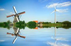 Oude en nieuwe windenergie Royalty-vrije Stock Afbeeldingen