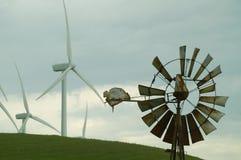 Oude en Nieuwe Windmolens Stock Fotografie