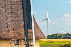 Oude en nieuwe windmolens in Nederland Royalty-vrije Stock Foto's