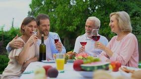 Oude en op middelbare leeftijd paren die en wijnglazen, gelukkig huwelijk roosteren clinking stock videobeelden