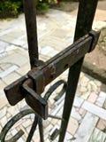 Oude en roestige geopende poort stock afbeeldingen