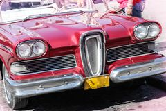 Oude en roestige rode Amerikaanse die auto's van jaren '50 in Havana, Cuba worden gehuurd stock foto's