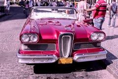 Oude en roestige rode Amerikaanse die auto's van jaren '50 in Havana, Cuba worden gehuurd stock afbeelding