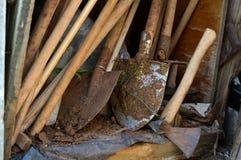 Oude en roestige tuinhulpmiddelen Stock Foto