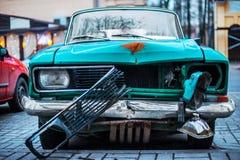 Oude en roestige verlaten auto royalty-vrije stock fotografie