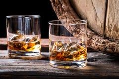 Oude en smakelijke cognac met ijs en eiken vat stock afbeeldingen