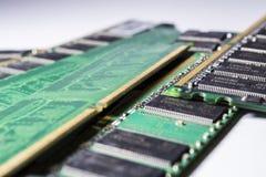 Oude en stoffige geheugenkaarten van PC diskettes Motherboard Reparatie van de computer Groene Kleur Moderne technologieën royalty-vrije stock afbeelding