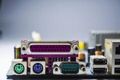 Oude en stoffige motherboard van de computer Blauwe kleur schakelaars Details van de personal computer reparatie stof royalty-vrije stock fotografie