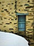 Oude en uitstekende blauwe deur, sneeuw, straal en geschiedenis royalty-vrije stock foto's