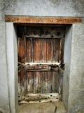 Oude en uitstekende deur, charme en geschiedenis stock foto's