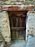 Oude en uitstekende deur, mooie straal, charme en geschiedenis stock foto
