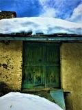 Oude en uitstekende groene deur, sneeuw, charme en geschiedenis royalty-vrije stock afbeeldingen