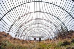 Oude en verlaten hangaarbouw royalty-vrije stock fotografie