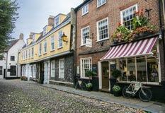 Oude Engelse Cobbled-Straat stock foto