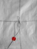 Oude envelop die met streng en rode verbindingswas wordt ingepakt stock afbeeldingen