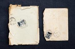 Oude envelop en prentbriefkaar met geïsoleerde zegel wijnoogst collectibles stock foto's