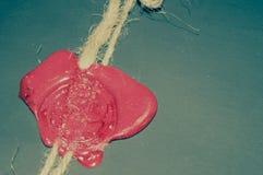 Oude envelop met rode wasverbinding Stock Afbeeldingen