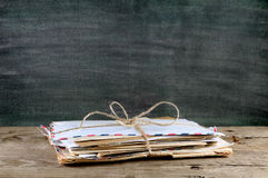 Oude enveloppen op lijst Stock Foto