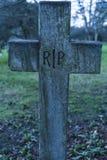 Oude ernstige RIP-Rust in vredeskruisbeeld op een begraafplaats Stock Foto