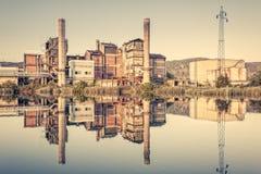 Oude fabriek Chemische installatie Pijpen, schoorstenen, opslagtank en Royalty-vrije Stock Afbeeldingen