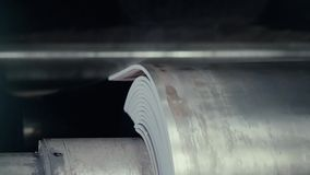 Oude fabriek van autocomponentenproductie Het pakhuis van een aluminium leidt door buizen de productie van metaalpijpen Pijplasse stock footage