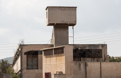 Oude fabriek verlaten gebouwen in openlucht Royalty-vrije Stock Fotografie