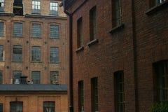 Oude fabrieksbakstenen muren Stock Foto
