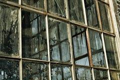 Oude fabrieksvensters, gebroken vuil Stock Afbeelding