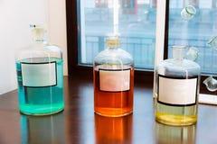 Oude farmaceutische flessenspot omhoog Uitstekende chemie of parfumflessen royalty-vrije stock afbeeldingen
