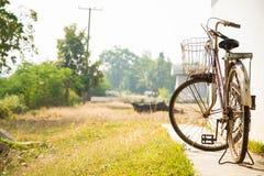 Oude fiets. stock afbeeldingen
