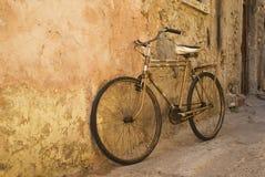Oude fiets bij een muur Royalty-vrije Stock Afbeelding