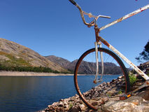 Oude fiets in de berg Royalty-vrije Stock Foto's