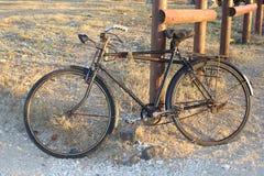Oude fiets die tegen houten omheining leunen Royalty-vrije Stock Afbeeldingen