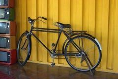 Oude fiets en retro televisie Royalty-vrije Stock Afbeelding