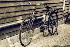 Oude fiets in kunstwerk van de rekenings het houten muur Royalty-vrije Stock Fotografie