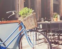 Oude fiets met een mand op een stadsstraat Stock Foto