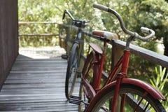 Oude fietsen op portiek stock foto's