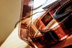 Oude film negatief op het licht stock foto