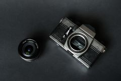 Oude filmcamera en handlens, zwarte achtergrond Royalty-vrije Stock Afbeelding
