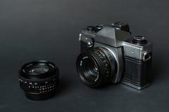 Oude filmcamera en handlens, zwarte achtergrond Royalty-vrije Stock Afbeeldingen