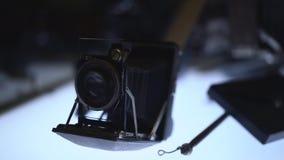 Oude filmcameratribune op de benadrukte lijst stock video