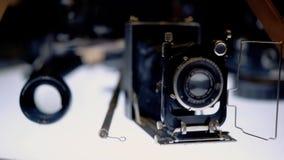 Oude filmcameratribune op de benadrukte lijst stock videobeelden