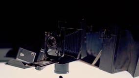 Oude filmcameratribune op de benadrukte lijst stock footage