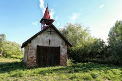 Oude firehouse met houten poort en rood dak royalty-vrije stock foto's