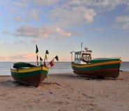 Oude fishboats op het strand Stock Afbeeldingen